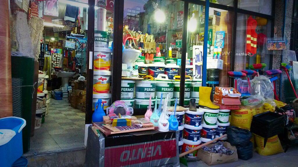 Yapı malzemeleri, inşaat malzemeleri, su tesisat malzemeleri, kum, çimento, alçı, banyo bataryaları ve boya ürünleri İstanbul Esenler Buluç Nalbur Yapı Markette satılmaktadır.